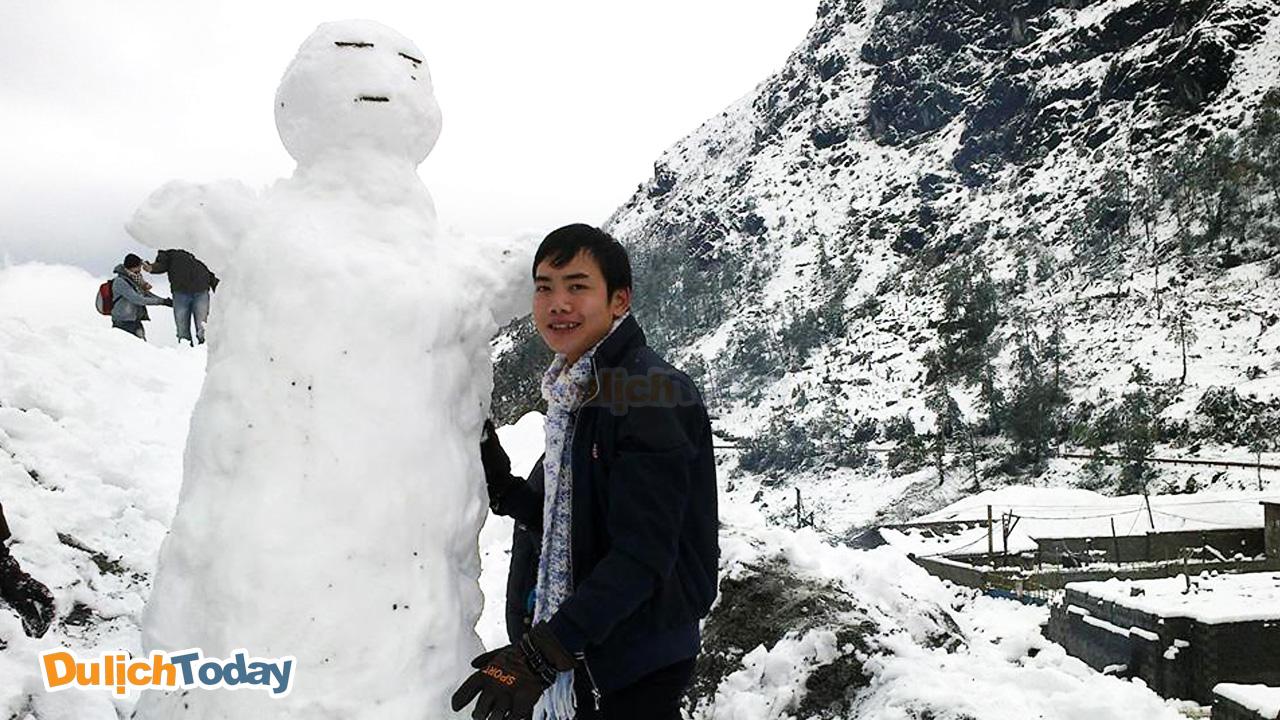 Đắp người tuyết ở Sapa vào tháng 12 khi tuyết rơi đầy trời