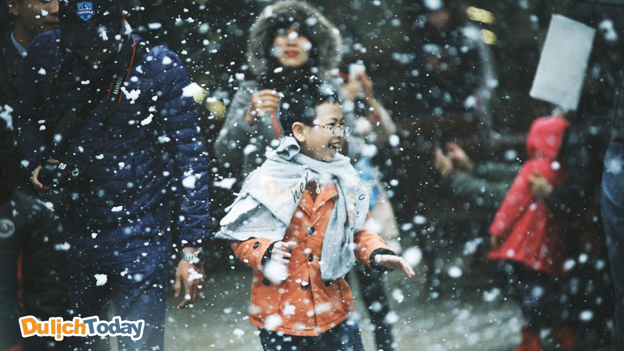 Giây phút vui vẻ giữa trời tuyết rơi ở Sapa tháng 12