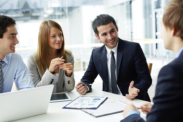 Nghiên cứu và nắm vững lịch sử khách hàng và của các đối tác khác đang cung cấp là một trong những tác vụ của nhân viên thị trường